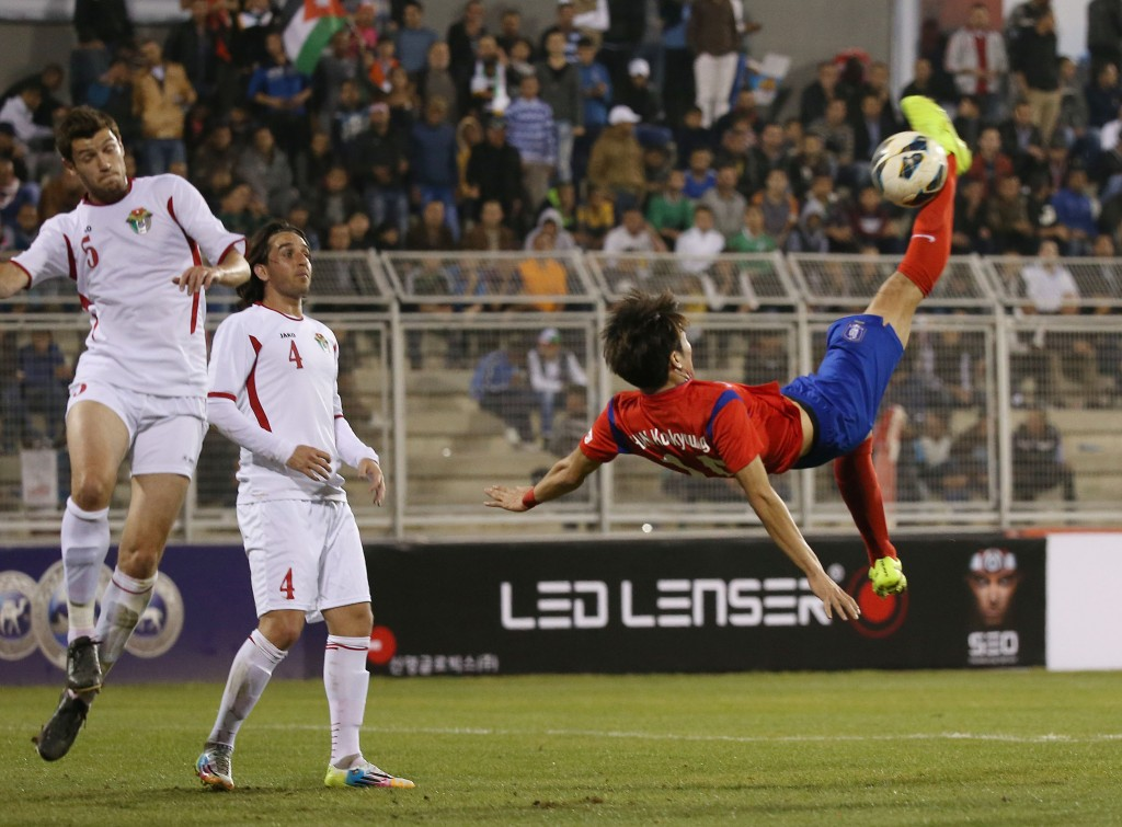 Han Guk-young, right, tries a bicycle kick. (Yonhap)