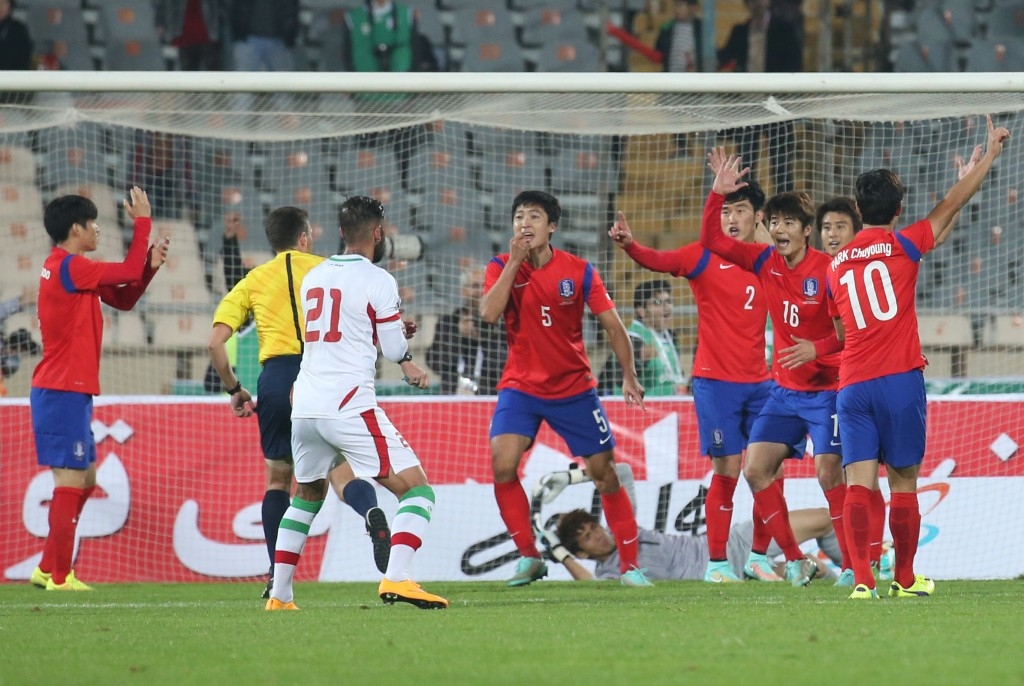 South Korean players protest the goal to no avail. (Yonhap)