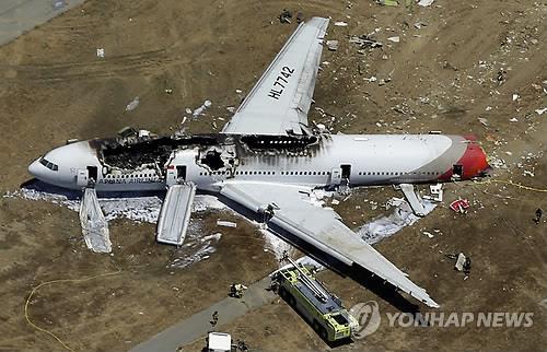 The wreck of Asiana Flight 214 at San Francisco International Airport (Yonhap)