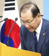 Education Minister Hwang Woo-yeo apologizes for two flawed questions of the College Scholastic Ability Test during a press briefing in Sejong City, Monday. (Yonhap)