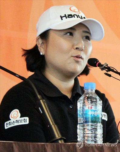 South Korean golfer Jang Jeong formally announces her retirement on Nov. 3, 2014, in Seoul. (Yonhap)