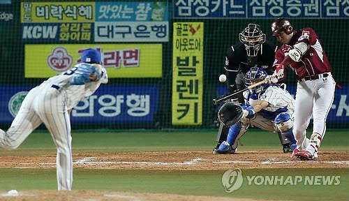 Kang Jung-ho of the Nexen Heroes, right, connects for a two-run home run off Cha Woo-chan of the Samsung Lions during Game 1 of the Korean Series on Nov. 4, 2014, in Daegu. (Yonhap)