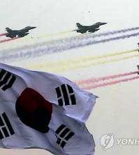 Fighter jets fly overhead at an event at the Gyeryongdae military headquarters in Gyeryong, South Chungcheong Province, on Sept. 30, 2014, ahead of the 66th anniversary of the foundation of the country's military, which falls on Oct. 1. (Yonhap)
