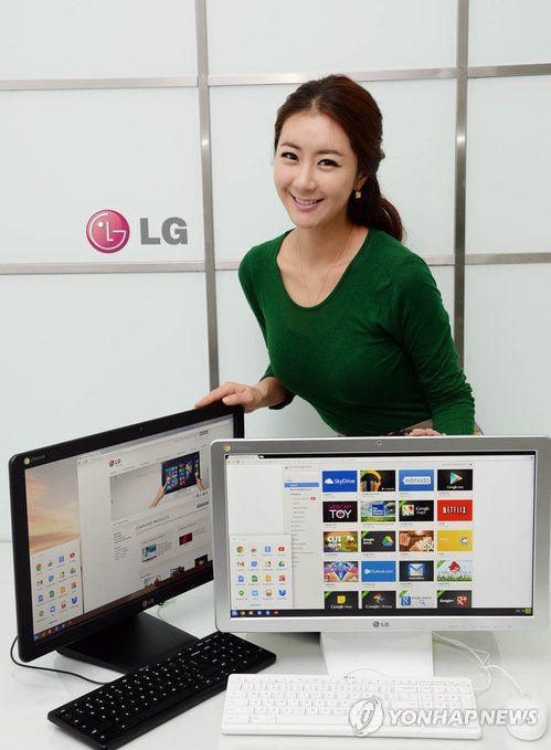 A model shows a Google Chrome operating system-based computer made by LG Electronics Inc. at an outlet in Seoul on Dec. 18, 2013. (Yonhap)