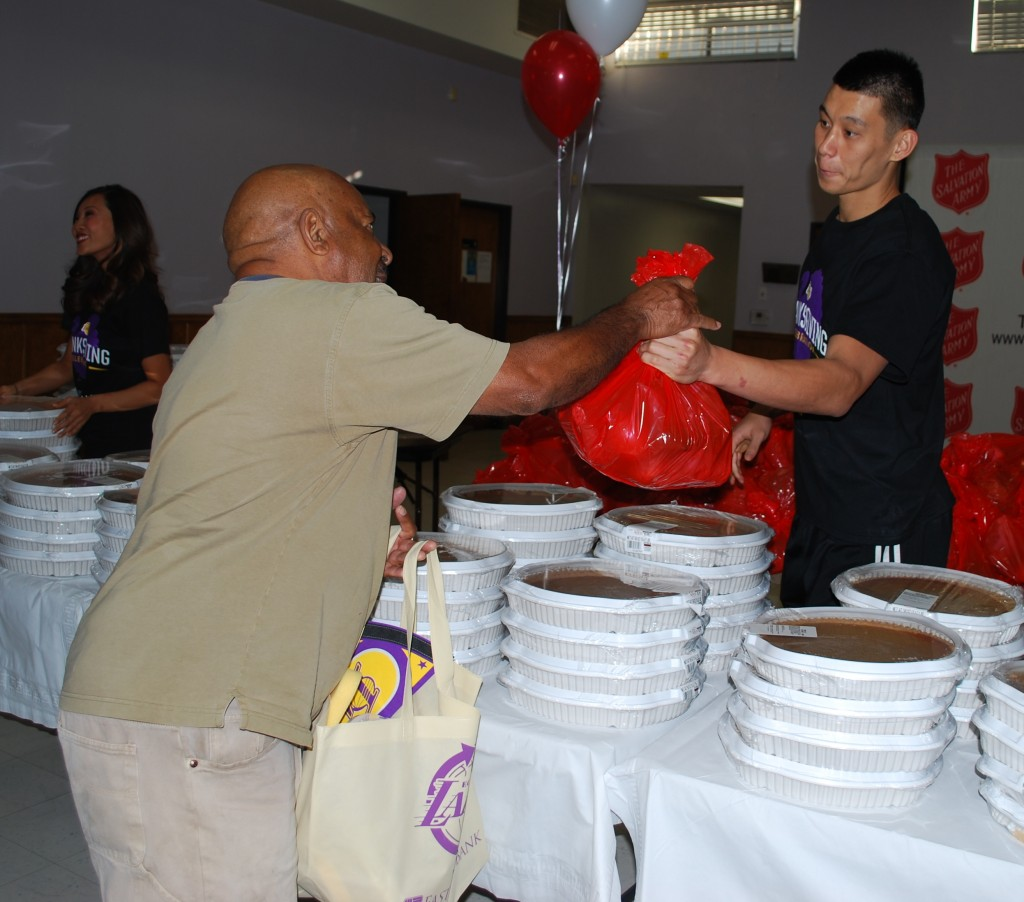 Jeremy Lin was one of two Los Angeles Lakers players handing out food to families in need at the Thanksgiving event on Tuesday. (Korea Times)