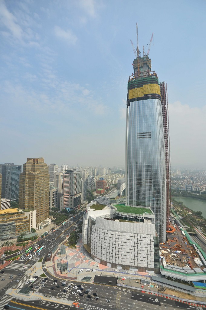 Another crack was discovered on the ceiling of the eighth floor of Lotte World Tower, only a week after an incident on Oct. 30 when a man's forehead was cut by a piece of metal that fell from the third floor of the newly-opened Lotte World Mall. (NEWSis)