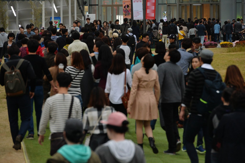 The future population estimate by Statistics Korea predicted the number of women in the country will reach 25.31 million in the new year, compared to 25.30 million men. (NEWSis)