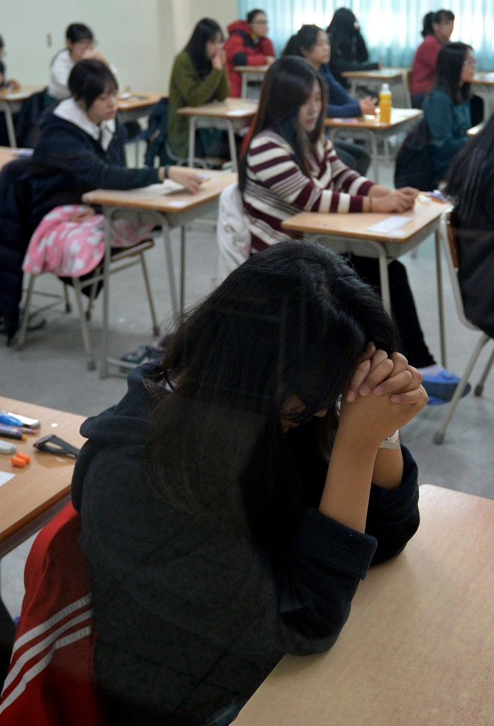 Students wait to take the annual College Scholastic Ability Test at a high school in Seoul on Nov. 13, 2014. (Yonhap)