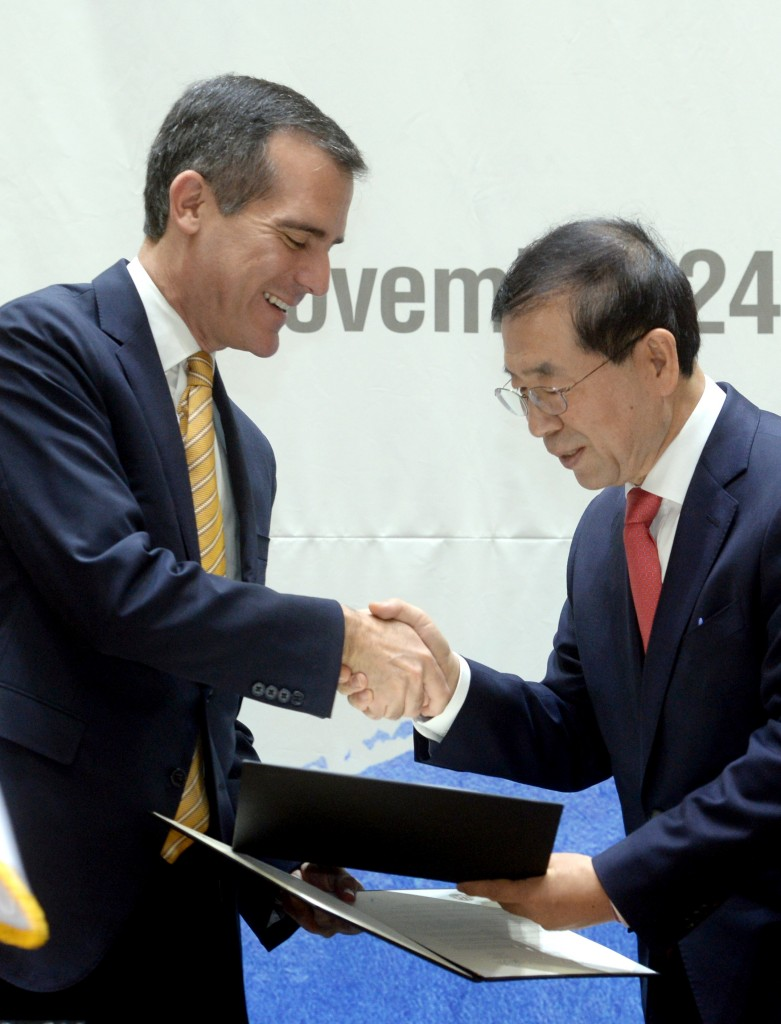 Los Angeles Mayor Eric Garcetti, left   visited Seoul City Hall to meet and agm with Seoul Mayor Park Won-soon to strengthen cooperation in disaster prevention and tourism. (NEWSis)