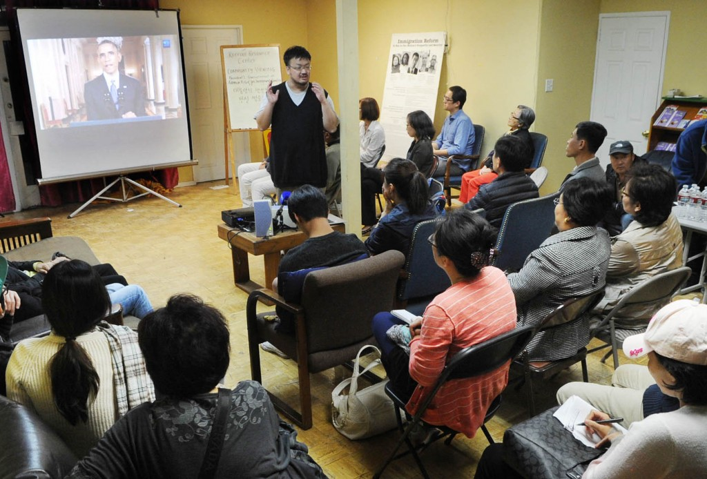 Locals gathered at the Korean Resource Center in Los Angeles Thursday night to watch President Obama announce his new immigration plan. (Park Sang-hyuk/The Korea Times)