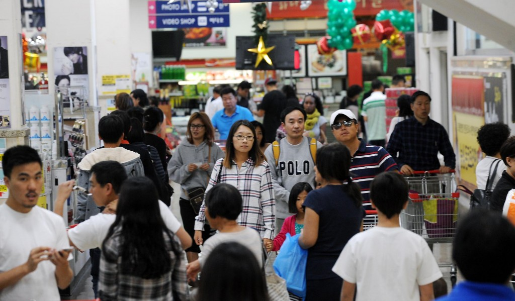 Shoppers crowded the Galleria market in Koreatown Thursday. (Park Sang-hyuk/The Korea Times)