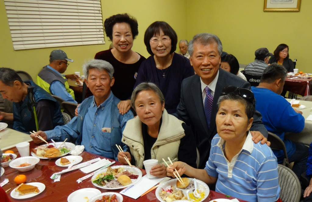 Shalom Disability Ministries in Koreatown held a Thanksgiving event Thursday to share turkeys with 150 disabled and their families. (Goo Sung-hoon/The Korea Tinmes)
