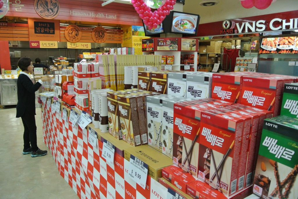 A Korean market in Los Angeles lines up Pepero boxes in preparation of the annual Pepero Day, Nov. 11. (Park Ji-hye/The Korea Times)