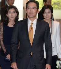 Samsung Jay Y. Lee, middle, walks ahead of his sisters Boo-jin, left, and Seo-hyun. (Korea Times file)