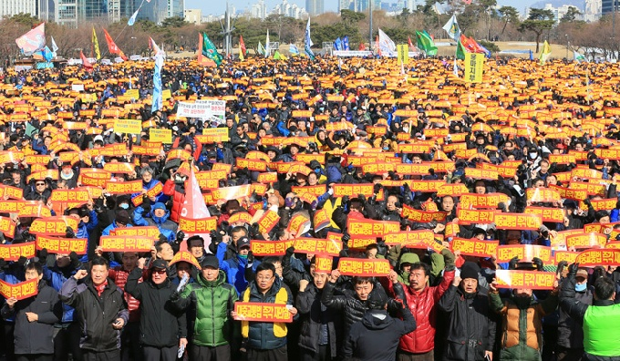 This isn't the first time taxi drivers have shown solidarity. In 2013, thousands of taxi drivers went protested in Seoul because they were not legally considered public transportation. (Yonhap)