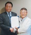 OKGM chief Kim Ho-jin, right, poses with former prime minister of South Korea Goh Kun. (Korea Times file)