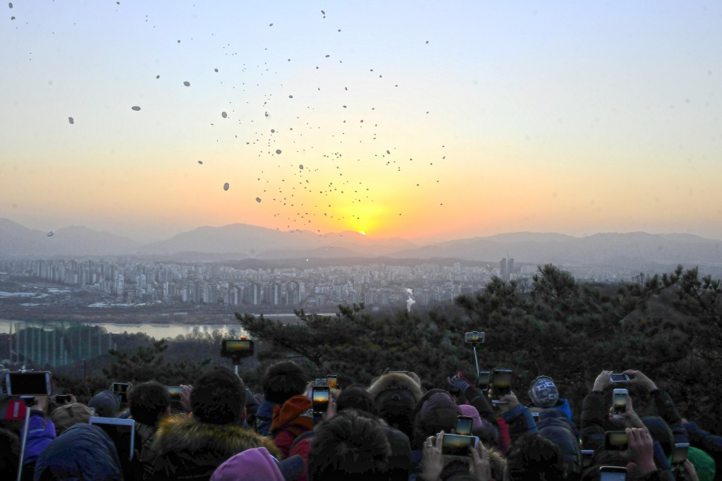 A lot of people in Seoul went to Achan Mountain to see the first sunrise of 2015. (Yonhap)