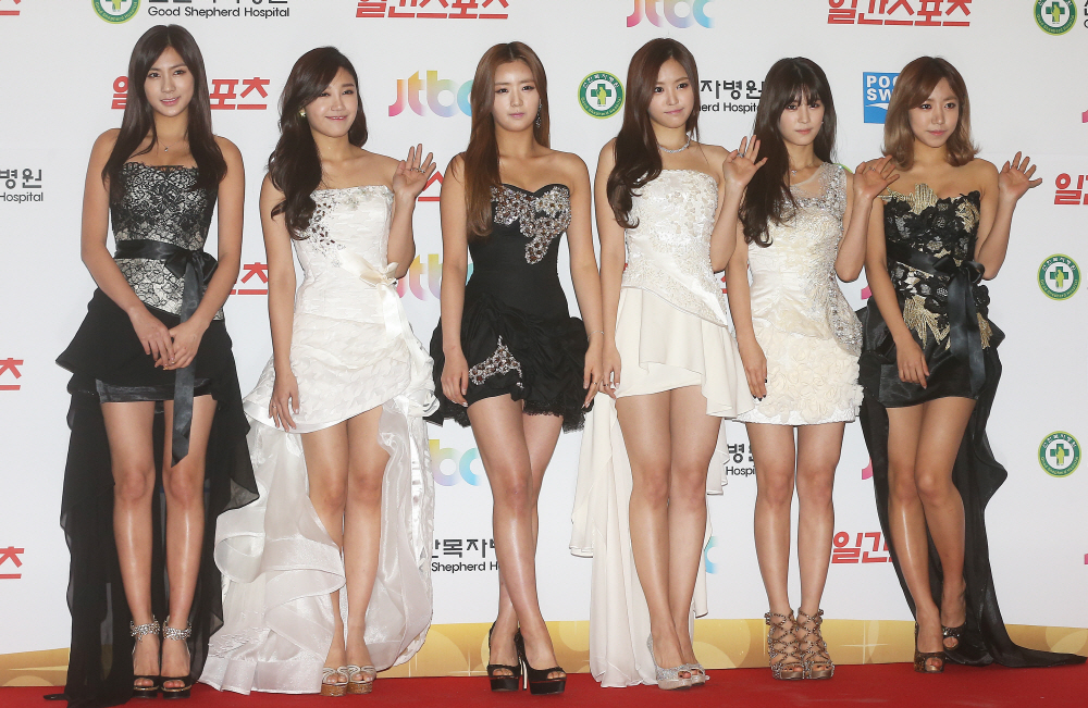 South Korean girl group A-Pink poses for a photo during the 28th Golden Disk Awards in Seoul. (Yonhap) (Yonhap)