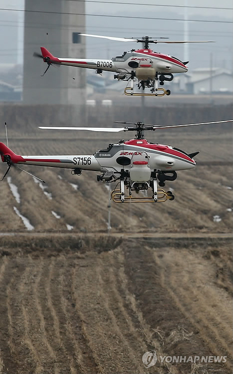 Local authorities use unmanned helicopters for quarantine activities at a migratory bird sanctuary in Cheonan City, South Chungcheong Province, on Jan. 28, 2014, as a deadly bird flu virus has broken out in nearby areas in recent weeks. (Yonhap)