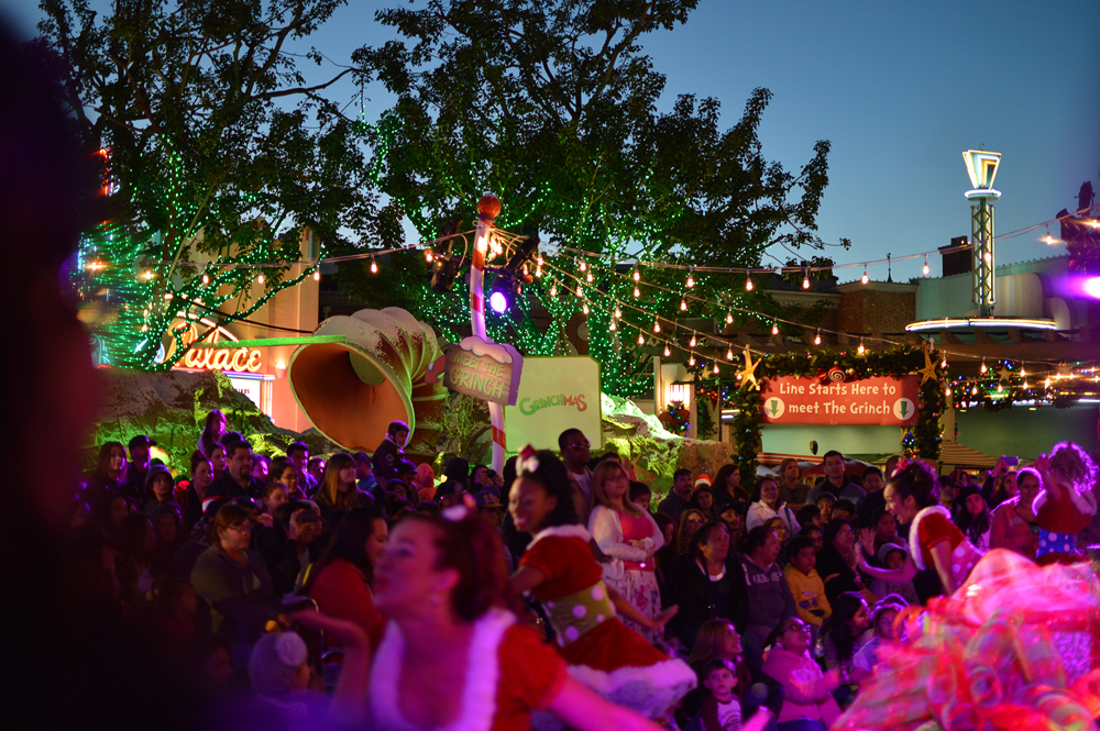 The crowd watches the Grinchmas tree lighting at Universal Studios Hollywood Dec. 13. (Tae Hong/The Korea Times)