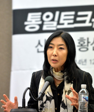 Korean-American Shin Eun-mi, 53, holds a press conference Tuesday in central Seoul, where she lashed out at conservative media outlets. [NEWSIS]