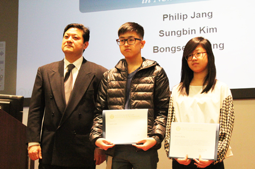 From the left, KSEANY Chairman Stephen Suh standing with the winners of the Mayor's Award, Alex Kim and Jeon Soo-bin. (Korea Times)