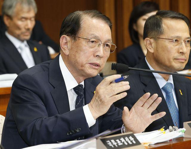 Chief of staff Kim Ki-choon at parliamentary hearing (Yonhap)