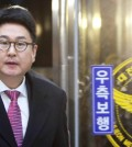 Daum Kakao CEO Lee Sir-goo enters the Daejeon Metropolitan Police Agency office Wednesday to be questioned over allegations the company has been negligent in detecting child pornography on its social networking service. (Yonhap)