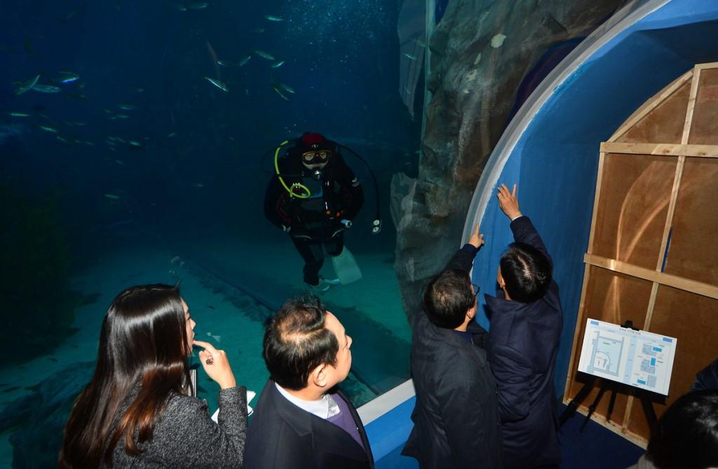 Government officials inspect suspicions of leaking at the Lotte Aquarium. (Korea Times file)