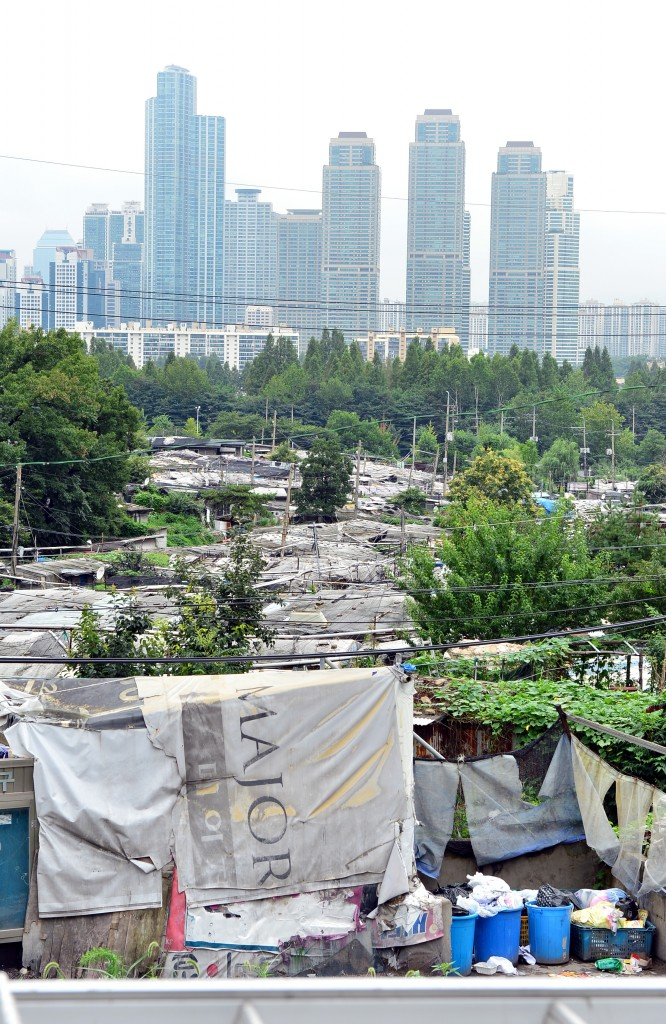 Guryong Village, a shanty town in Seoul's most affluent district, Gangnam, is seen against the backdrop of high-rise buildings. (NEWSis)
