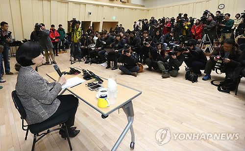 Seoul Philharmonic Orchestra CEO Park Hyun-jung holds a news conference in Seoul on Dec. 5, 2014, after orchestra employees released a statement alleging Park's use of abusive language and sexual harassment. (Yonhap)