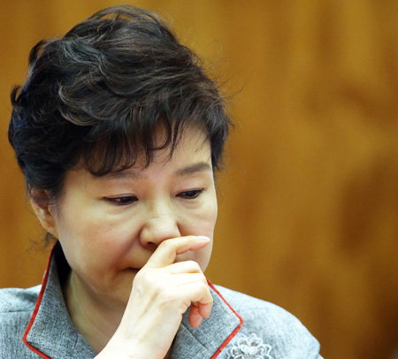 President Park Geun-hye looks pensive during a meeting with her senior presidential secretaries at Cheong Wa Dae in Seoul, Monday. Park called for a thorough investigation into allegations that a former aide and three secretaries had meddled in state affairs. (Yonhap)