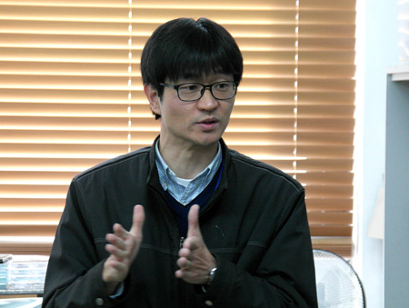 Seol Seung-kwon, a senior researcher at Korea Electrotechnology Research Institute's Nano Hybrid Technology Research Center, speaks about the 3D nano printing technology that his team succeeded in developing for the first time in the world at the institute's research facility in Changwon, South Gyeongsang Province, Thursday.  (Courtesy of Korea Electrotechnology Research Institute)