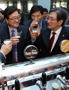 South Korean lawmakers taste homebrewed beer at the National Assembly in Seoul on April 8, 2014. The event was held to widen lawmakers' understanding of changes in the local beer industry. (Yonhap)
