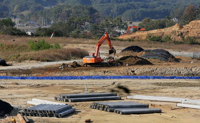 The construction of the Gangneung Science Oval, the venue of speed skating for the 2018 PyeongChang Winter Olympics, begins at the Gangneung Sports Complex in Gangneung, Gangwon Province, on Oct. 29, 2014. (Yonhap)