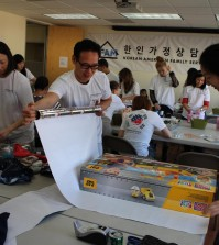 Volunteers wrap gifts for children at Korean American Family Services in 2014. (Kim Chul-soo/The Korea Times)