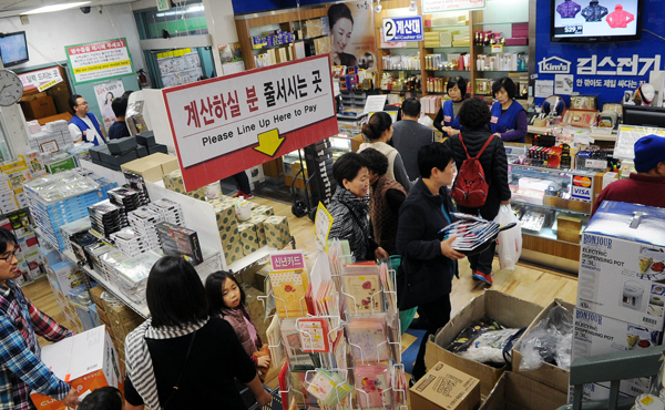Customers line up inside Koreatown's Kim's Home Center during the last weekend before Christmas. (Park Sang-hyuk/The Korea Times)