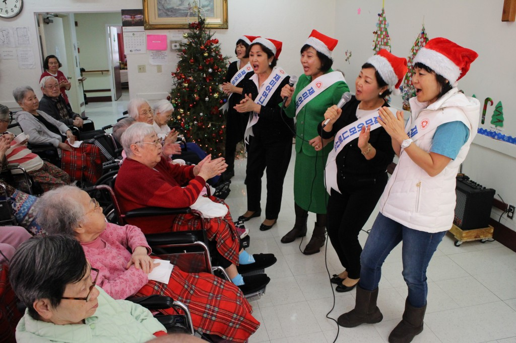 The Korean American Mothers Association visited Mid-Wilshire Health Care Center Monday. (Park Sang-hyuk/The Korea Times)