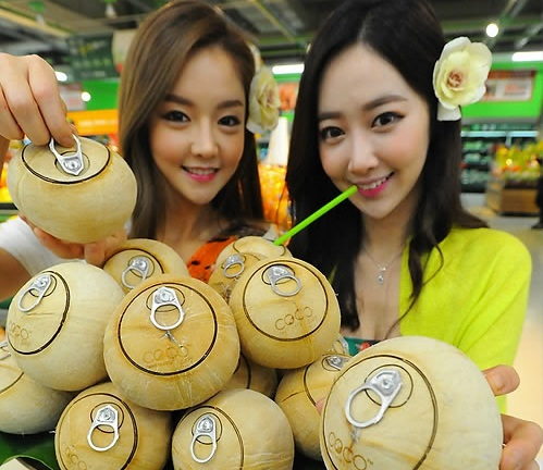 "Models display ""Easy coconuts"" equipped with pop-top at an event in Seoul on Dec. 24, 2014. (Yonhap)"