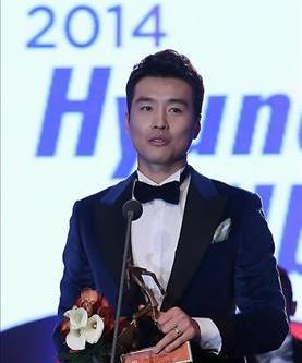 Jeonbuk Hyundai Motors' forward Lee Dong-gook accepts his K League Classic MVP trophy on Dec. 1, 2014, in Seoul. (Yonhap)
