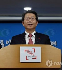 Unification Minister Ryoo Kihl-jae announces the government's new offer of talks with North Korea during a press conference in Seoul on Dec. 29, 2014.