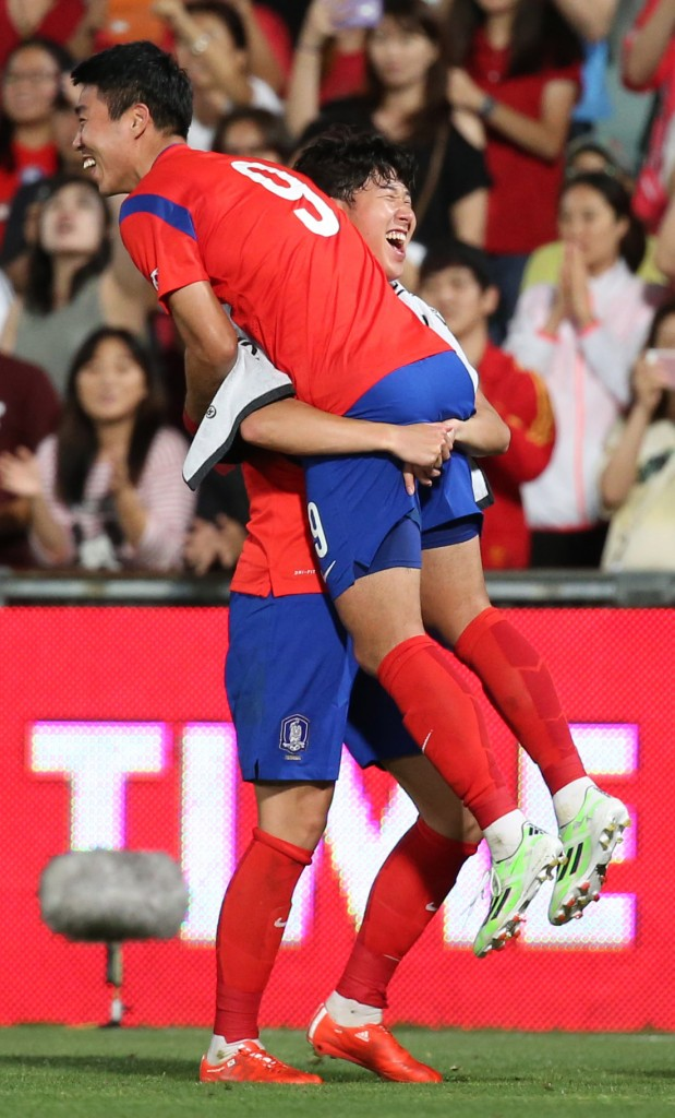 Son Heung-min lifts up Lee Jung-yeop after Lee scores his first international goal. (Yonhap)