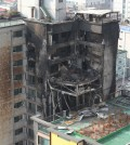 Four people were killed and 100 others were injured in a fire that swept through a 10-story apartment building in Uijeongbu, north of Seoul, on Saturday. (Yonhap)