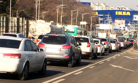 Vehicles clog a road leading to the IKEA outlet in Gwangmyeong, Gyeonggi Province. The Gwangmyeong city government will shut the mall from Jan. 15 unless the Swedish company comes up with a major solution by Wednesday. (Korea Times)