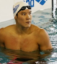 Park Tae-hwan looks at an electronic board after completing a 200-meter freestyle race at the national team trials in Gimcheon City, North Gyeongsang Province, on July 16, 2014. Park finished the race in 1:45.25, the fastest in the men's 200m freestyle this year, outperforming the Australian swimmer Cameron McEvoy's 1:45.58. Park will also compete in the 100m and 400m in freestyle, and 200m and 400m in individual medley to qualify for the Incheon Asian Games in September. (Yonhap)