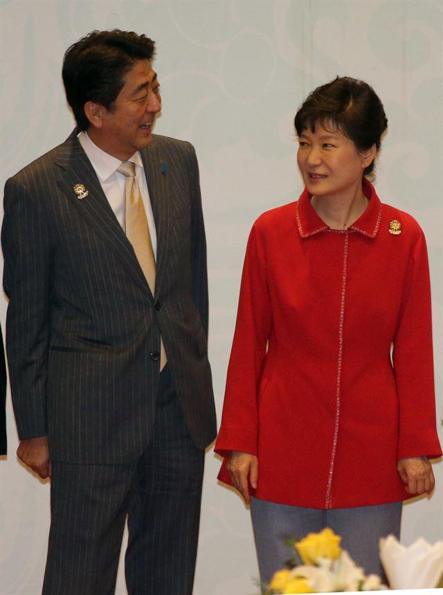 South Korean President Park Geun-hye and Japanese Prime Minister Shinzo Abe (Yonhap)