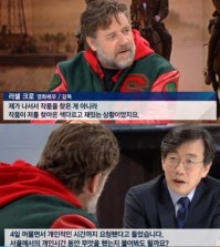 "JTBC anchorman Sohn Seok-hee is interviewing Russell Crowe in his program ""News Room"" on Tuesday. (Screen capture from JTBC)"