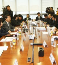 Kim Ji-hyung, fourth from left, head of a three-member mediation committee, speaks during negotiations for cancer-stricken Samsung workers, in the office of Jipyong, a law firm, in Seoul Friday. (Yonhap)