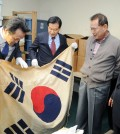 Korean Assemblymen Ahn Min-seok, left, and Seo Sang-ki examine an artifact Wednesday at the Korean National Association. (Park Sang-hyuk/Korea Times)
