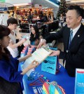 Workers urge Korean Americans to register to vote in March 3 municipal elections inside a Korean market. (Park Sang-hyuk/Korea Times)